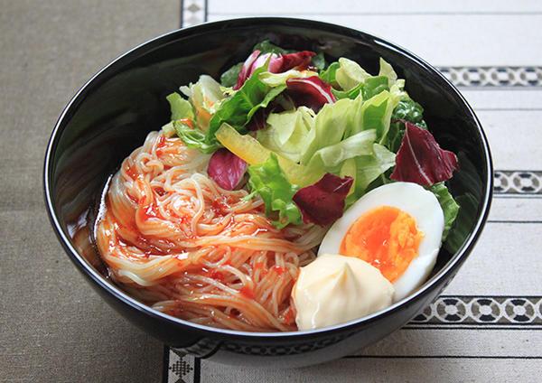 サラダ仕立ての汁なし韓国風冷麺 画像